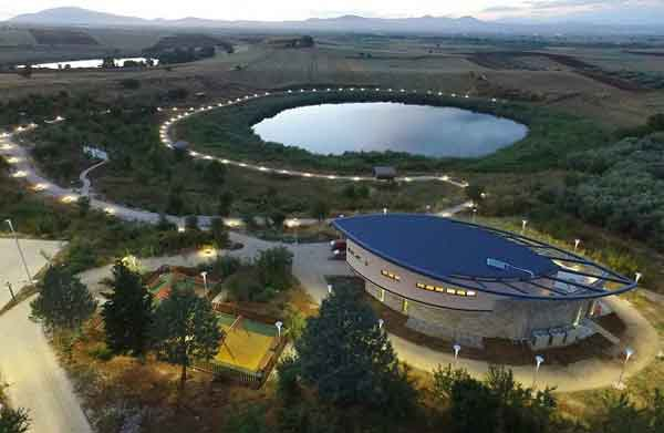 κτίριο της Περιβαλλοντικής Εκπαίδευσης στις λίμνες Ζερελια στον Αλμυρό;
