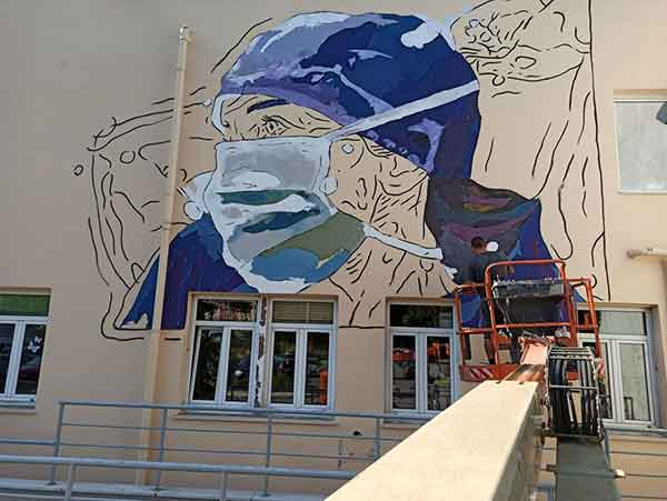 ΑΧΕΠΑ: Μια μεγάλη τοιχογραφία στην πρόσοψη του νοσοκομείου ευχαριστεί το προσωπικό