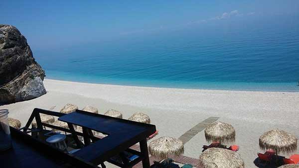 Άγιοι Σαράντα . Η παραλία με την εξωτική ομορφιά Καραϊβικής.