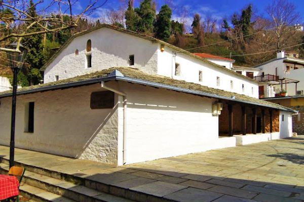 Ο ναός στο Πήλιο με τα 48 αναποδογυρισμένα πιθάρια στην οροφή του