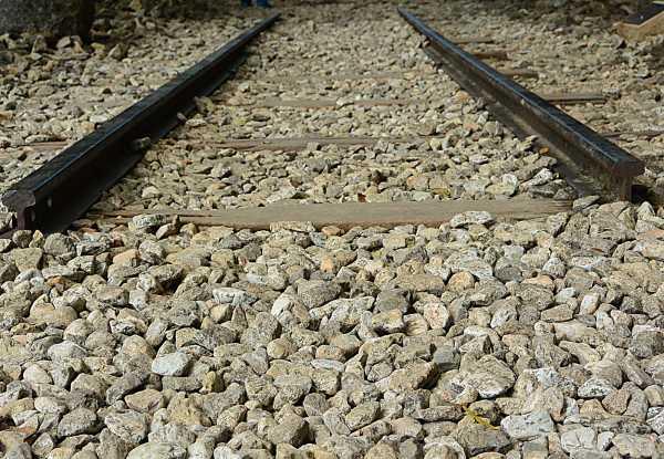Αναρωτηθήκατε ποτέ γιατί υπάρχουν πέτρες δίπλα στις ράγες των σιδηρόδρομων;